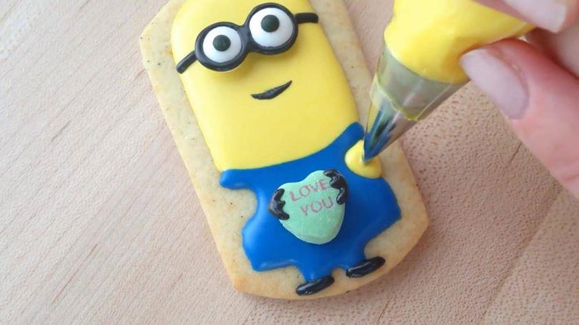 Voici comment r aliser une d coration cookies en minion - Decoration en chocolat trucs et astuces ...