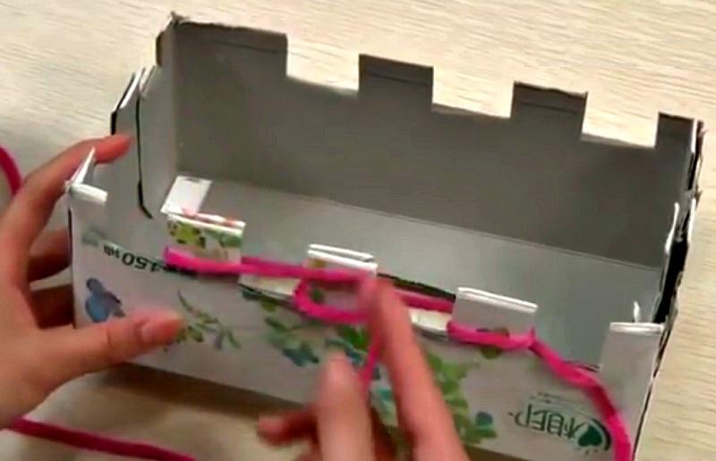 voici une m thode pour tricoter une charpe en utilisant 2 boites de papiers mouchoirs trucs. Black Bedroom Furniture Sets. Home Design Ideas